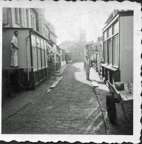 Historische Bilder: Maler streichen eine Borkumer Veranda